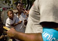 """Trabalhadores do UNICEF visitam sobreviventes do terremoto no Haiti em """"Place Boyer"""", um parque público no distrito de Pétionville, em Porto Príncipe. O objetivo é avaliar o número de crianças que precisam de assistência imediata. / Foto: UNICEF"""