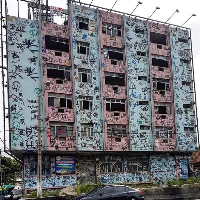 Prédio abandonado e todo pichado na Avenida Brasil. Foto: Reprodução Internet.