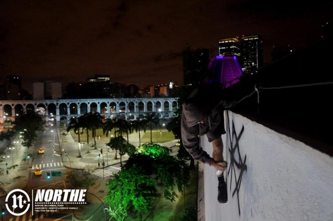 O falecido IZAK era de classe média alta e fez história na pichação carioca. Ao fundo os Arcos da Lapa, ponto turístico da cidade. Foto: Northe  Um.