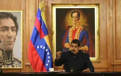Nicolás Maduro, em Miraflores (palácio do governo), junto a retratos do libertador Simón Bolívar (Foto: site da Telesur)