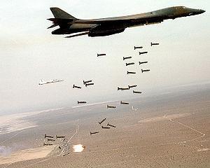 Um B-1 Lancer americano lançando suas bombas de fragmentação. Foto: Wikipédia.